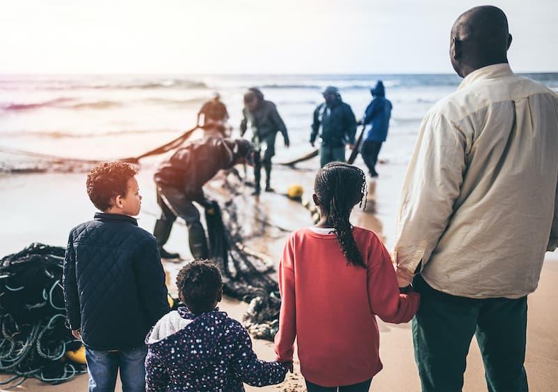 migranti na pláži
